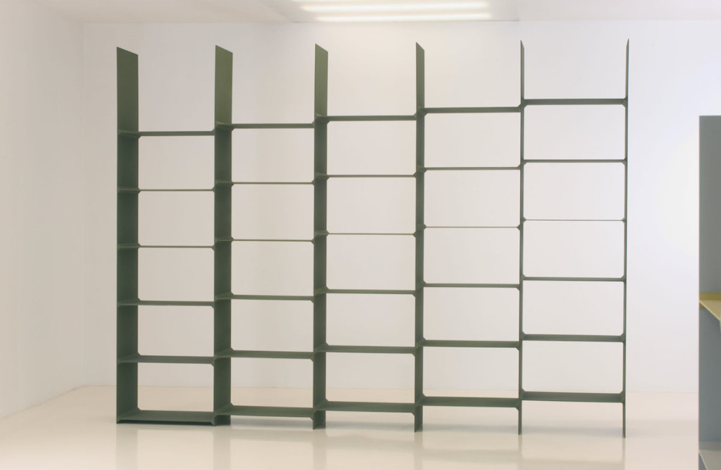 Step bookcase in metal.
