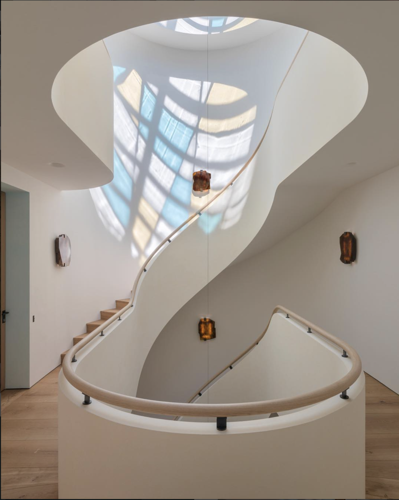 Pierre Yovanovitch designed this magnificent space replete with curves and light.